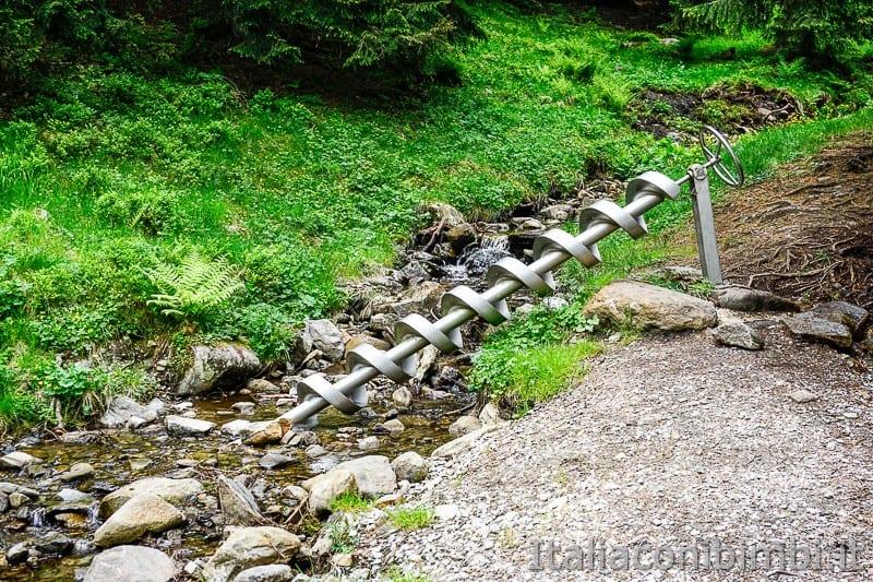 Mondo avventura montagna Racines- giochi d'acqua sul torrente