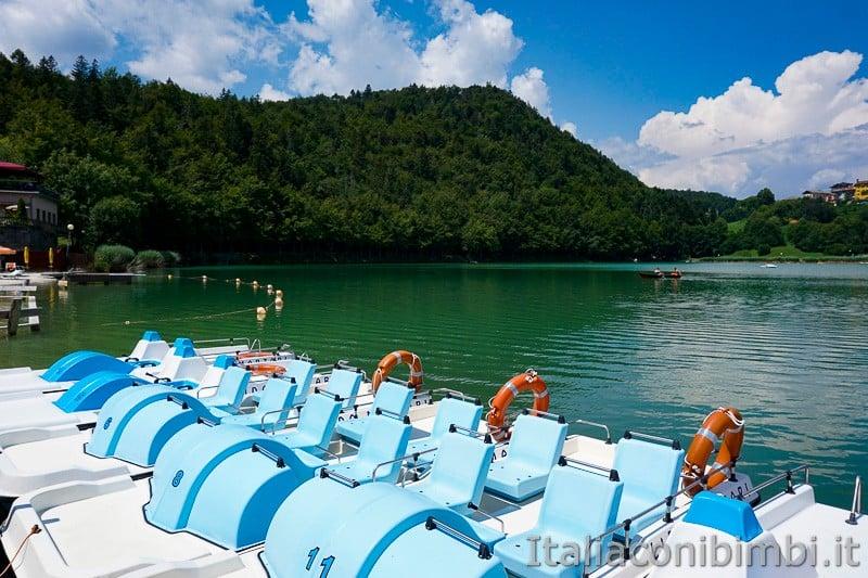 Lago di Lavarone- pattini e barchetta