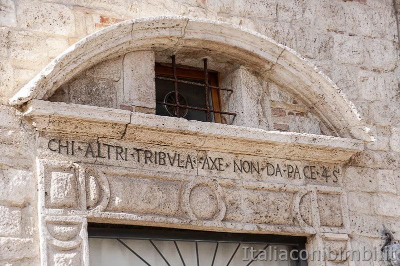 Ascoli-Piceno-scritte-sui-palazzi