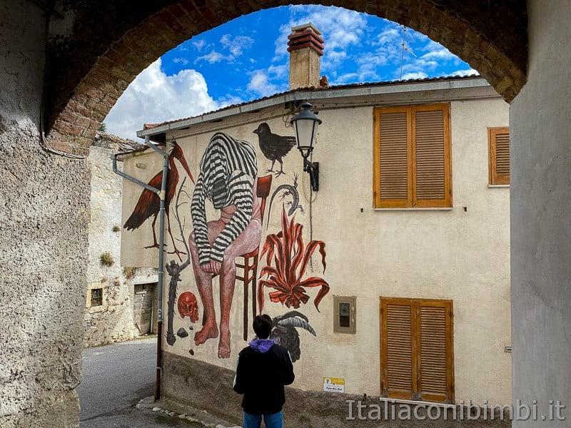 Aielli - ragazzo davanti ai murales