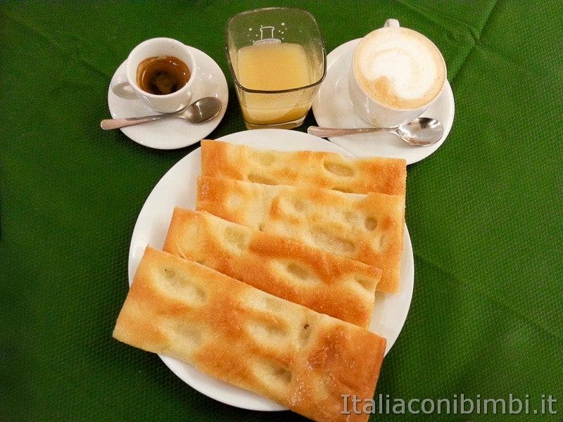 Genova - colazione con focaccia e cappuccino