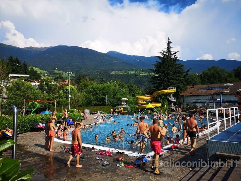 Acquarena-Bressanone-piscina-esterna-con-acquascivolo