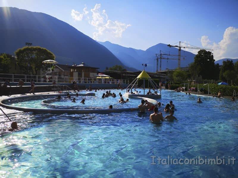 Acquarena-Bressanone-piscina-esterna-con-scivolo