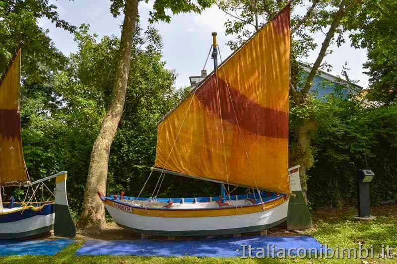 Bellaria Igea Marina - antiche imbarcazioni sotto alla torre saracena