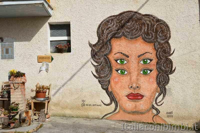 Braccano - murales con una ragazza