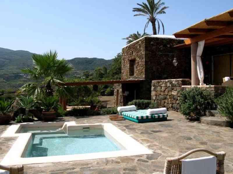 Dammuso con piscina a Pantelleria