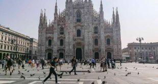 Milano - bimbo che corre in Piazza duomo