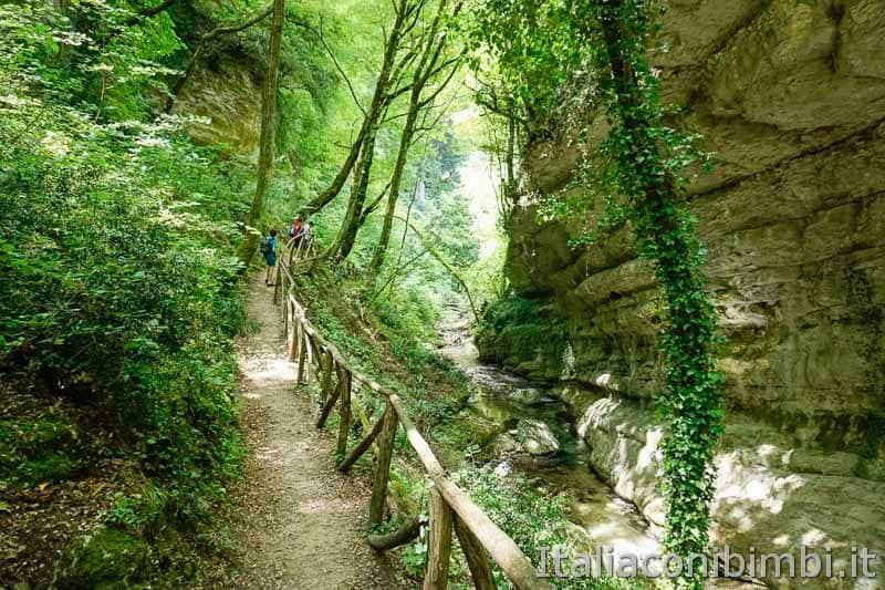 Parco nazionale della Majella - bambini sul sentiero delle Scalelle - Valle Orfento
