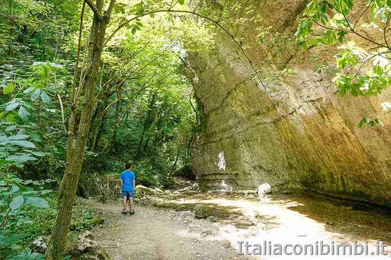 Parco nazionale della Majella - bambino al sentiero delle Scalelle