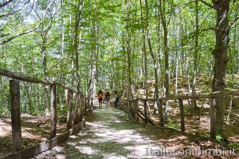 Parco nazionale della Majella - ragazzi sul sentiero Lama Bianca