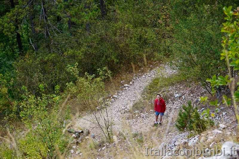 Pescasseroli - bambino sul sentiero Castel Mancino