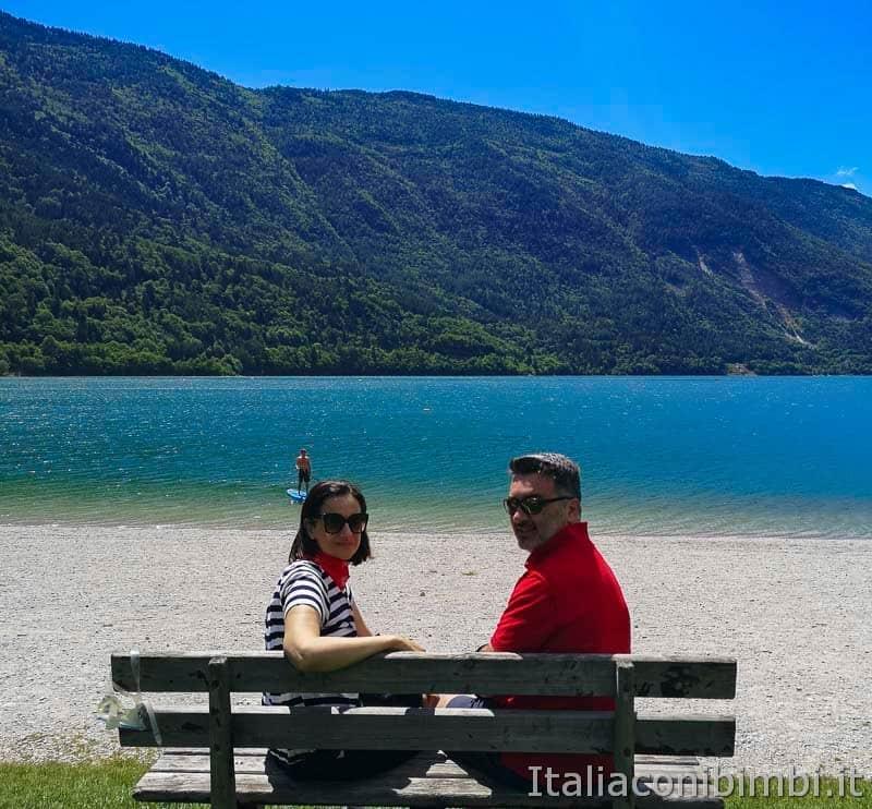 Lago di Molveno - noi sulla panchina in spiaggia
