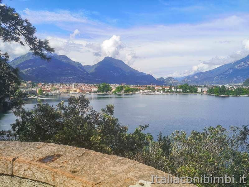 Riva del Garda visto dal sentiero del Ponale - belvedere degli innamorati