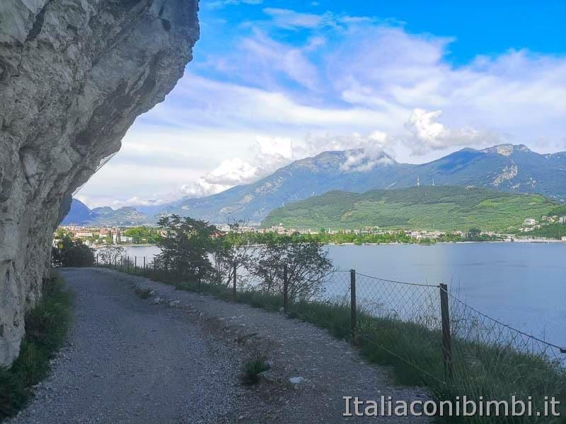 Sentiero del Ponale di Riva del Garda sotto la roccia