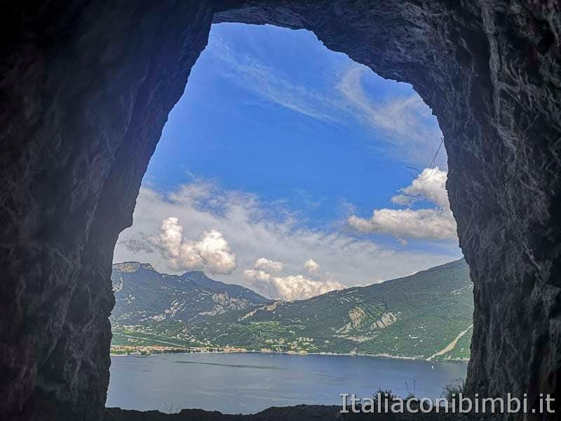 Sentiero del Ponale di Riva del Garda vista lago dalla roccia