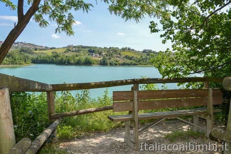 Riserva naturale lago di Penne - panchina vista lago