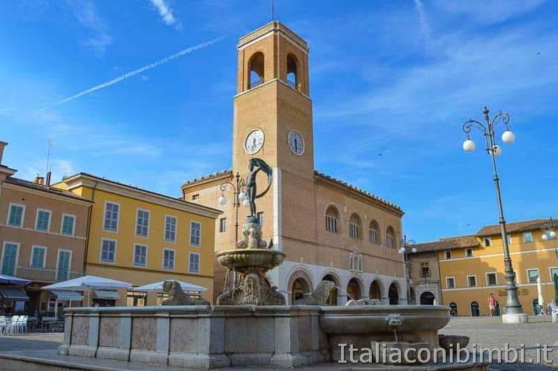 Fano - Piazza XX Settembre con la fontana della fortuna