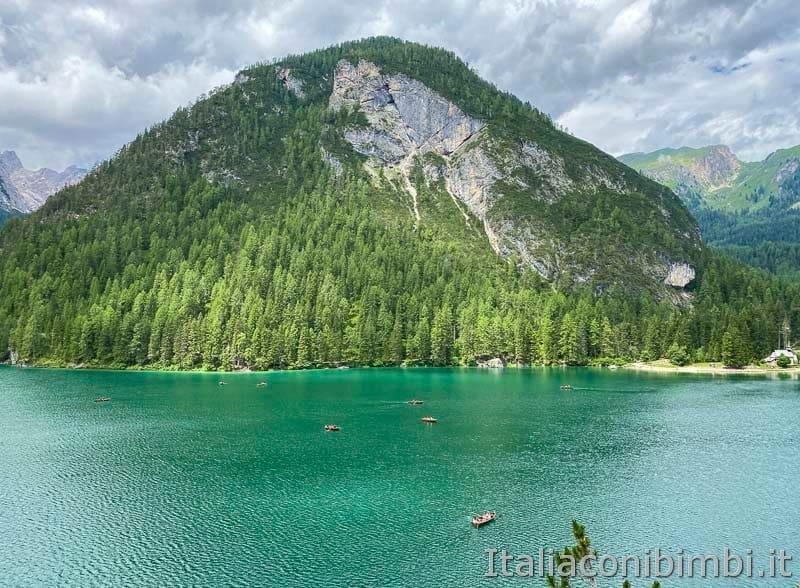 Lago di Braies - barchette sul lago