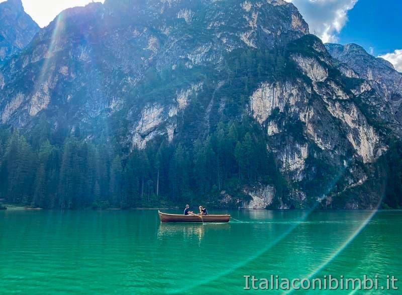 Lago di Braies - coppia sulla barca a remi