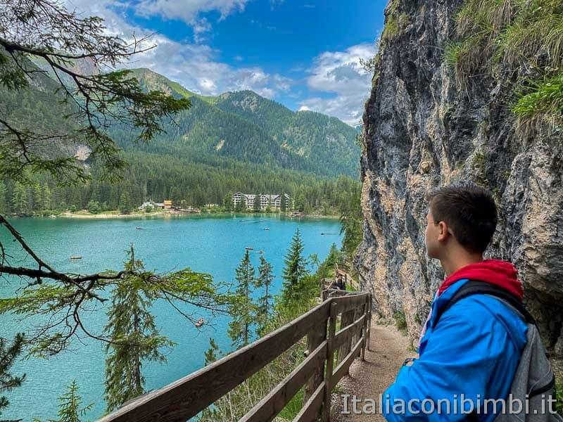 Lago di Braies - ragazzo sul giro del lago