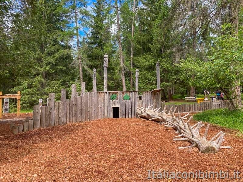 Mondo Magico della Foresta - area giochi con lo scivolo e le tane