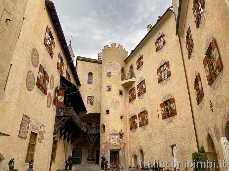 Brunico - castello cortile interno