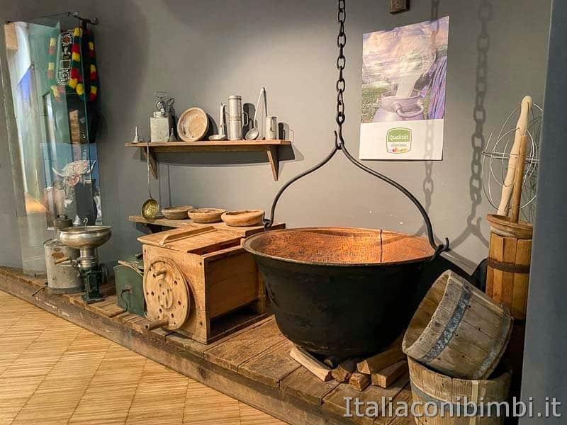 Mondo latte - Dobbiaco - paiolo nel museo