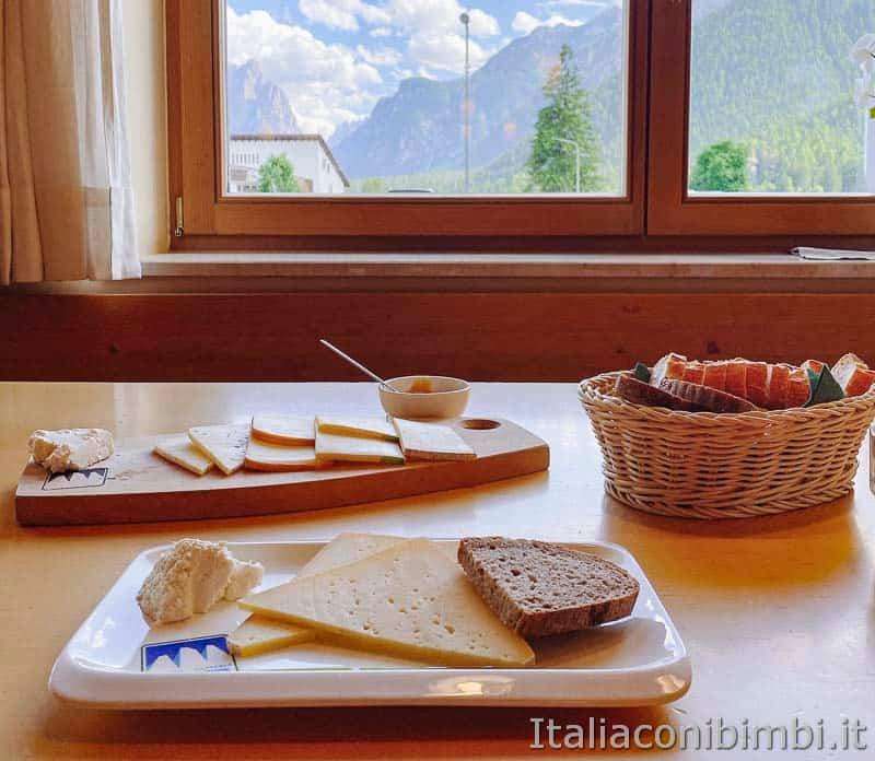 Mondo latte - Dobbiaco - piatto di formaggi davanti alla finestra