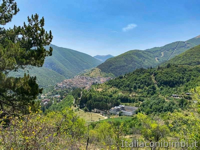 Sentiero del cuore - vista sul borgo di Scanno