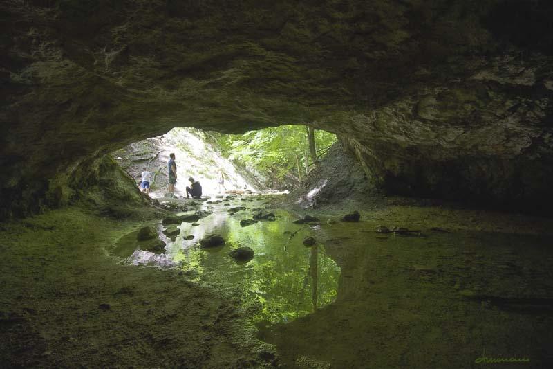 Val Fondillo - interno della grotta delle fate