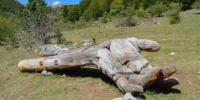 Bosco della difesa - mano sentiero arte parco
