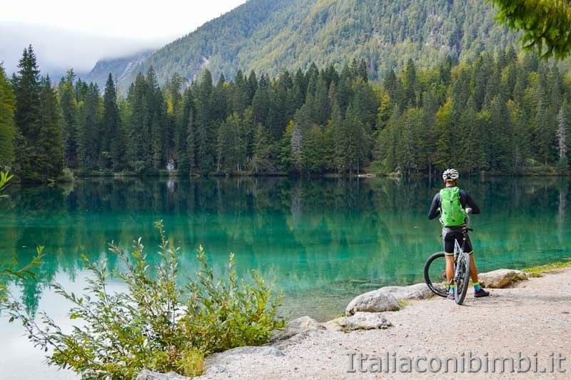 Laghi di Fusine - lago inferiore - ciclista