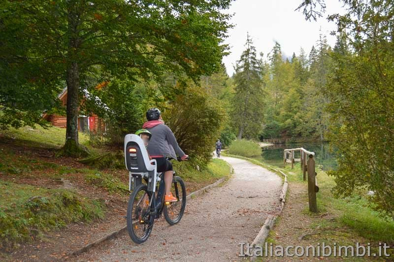 Laghi di Fusine - lago inferiore - mamma con bambino in bicicletta